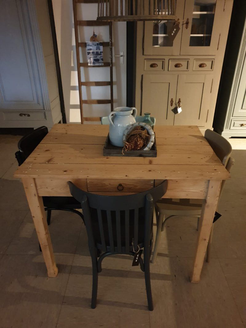 Oud grenen tafel