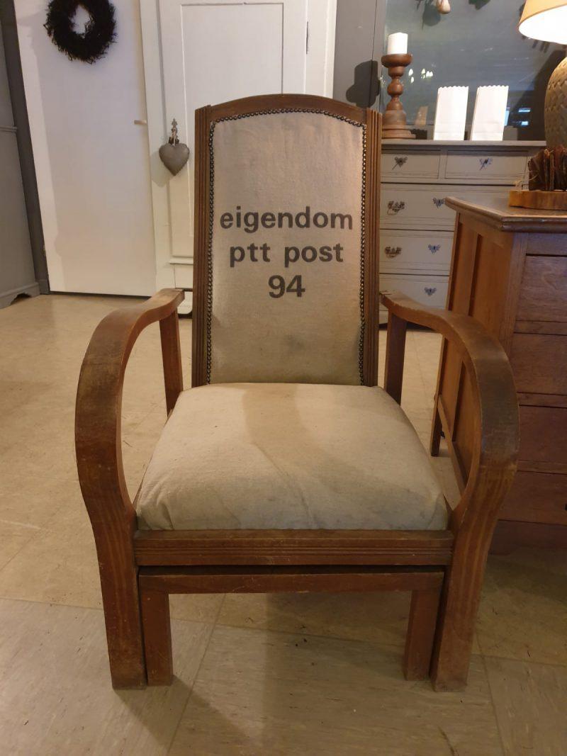 Brocante fauteuil met uitschuifbare hocker
